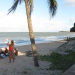 "Joao Pessoa. Un grupo de personas haciendo un picnic o ""piquenique"" (en portugués) en la playa"