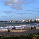 Joao Pessoa. Unos chicos juegan al fútbol en la playa, al fondo se ven algunos de los rascacielos de la ciudad